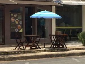 Pacote foi deixado sobre mesa de comércio em frente ao Fórum de Poços de Caldas (Foto: Lúcia Ribeiro / G1)