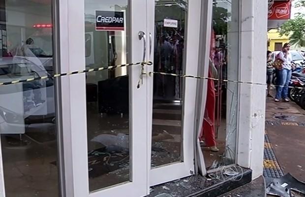 Idosa morre atropelada após atravessa fora da faixa em Itumbiara, Goiás (Foto: Reprodução/TV Anhanguera)
