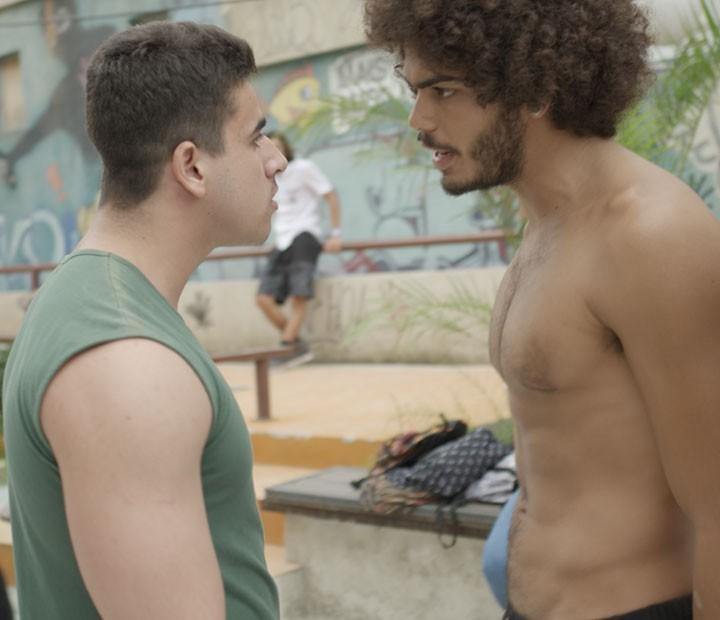 Pedro enfrenta o fortão que esbarrou nele (Foto: TV Globo)