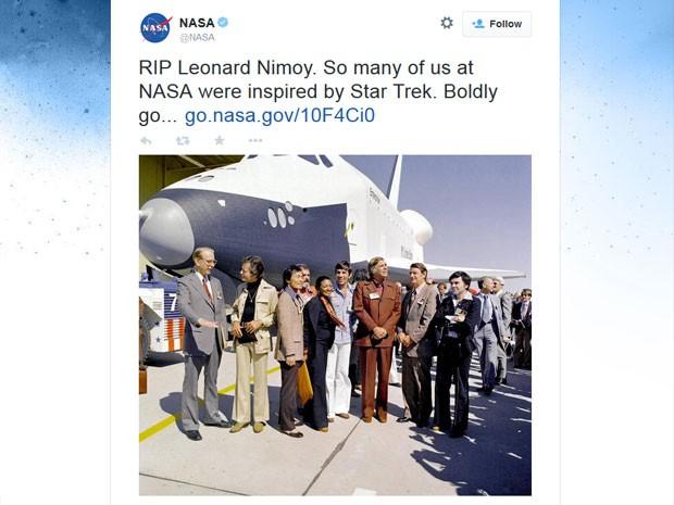 Nasa postou uma foto de Leonard Nimoy e os atores de Jornada nas Estrelas em visita à espaçonave Entreprise, em 1976 (Foto: Nasa/Divulgação)