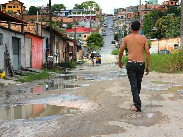 Rua 312, no Conjunto Cidade Nova está comprometida por buracos (Foto: Luis Henrique Oliveira/G1 AM)