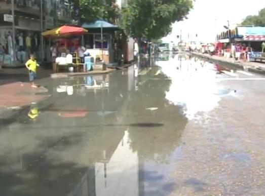 Avenida Eduardo Ribeiro é interditado por causa da cheia no AM (Foto: Bom dia Amazônia)