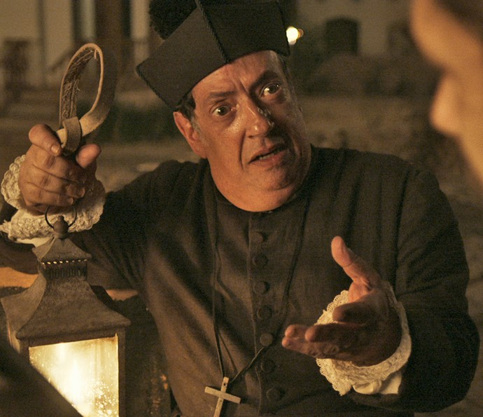 O que será que está por trás das intenções do 'padre'? (Foto: TV Globo)