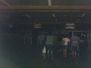 Aeroporto ficou às escuras por volta das 21h (Foto: Maria Cleidejane/Arquivo Pessoal)