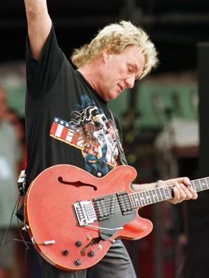 Guitarrista britânico Alvin Lee em foto de 1998 (Foto: Joe Traver/Reuters)