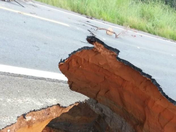 Crateras interrompem trânsito na BR-020 (Foto: Edivaldo Braga/Blogbraga)