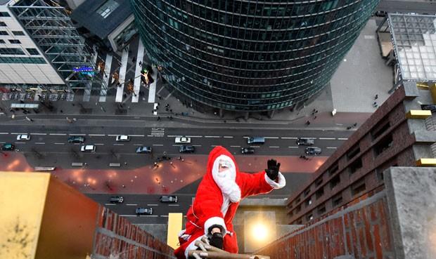 Homem fantasiado de Papai Noel escalou torre de 103 m (Foto: Tobias Schwarz/AFP)