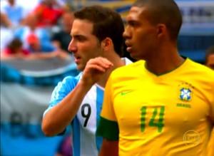 Higuaín e Juan Jesus no lance que discutiram (Foto: Reprodução TV Globo)