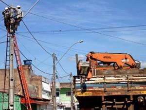 Servidores da CEB durante manutenção no DF (Foto: André Sousa/Agência Brasília)