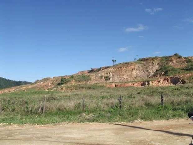Morro onde a criança foi assassinada com requinte de crueldade (Foto: Heitor Moreira)