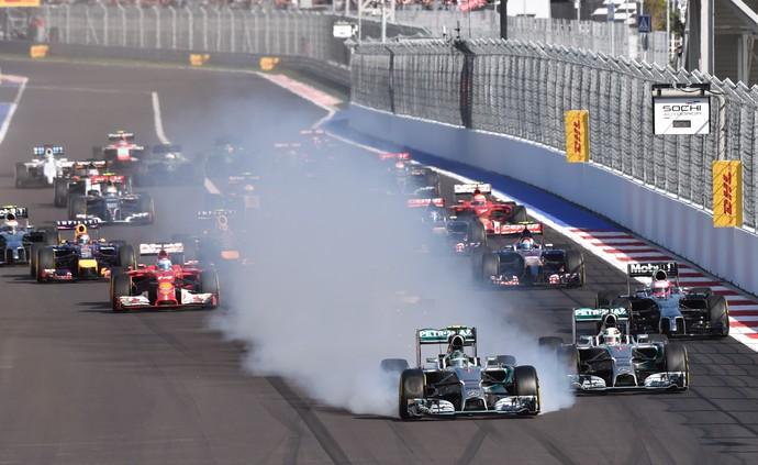 Nico Rosberg retardou freada e acabou fritando pneus ao tentar passar Lewis Hamilton no GP da Rússia (Foto: AFP)