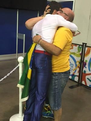 Marcel abraça os pais e, emocionado, comemora o ouro e o recorde (Foto: GloboEsporte.com)