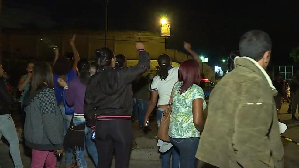 Parentes de presos protestam na porta do Presídio Antônio Dutra Ladeira em Ribeirão das Neves, na Região Metropolitana de Belo Horizonte (Foto: Reprodução/ TV Globo)