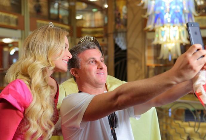Luciano Huck tira selfie com as princesas Angélica e Fabiana Karla (Foto: Thiago Fontolan / Gshow)