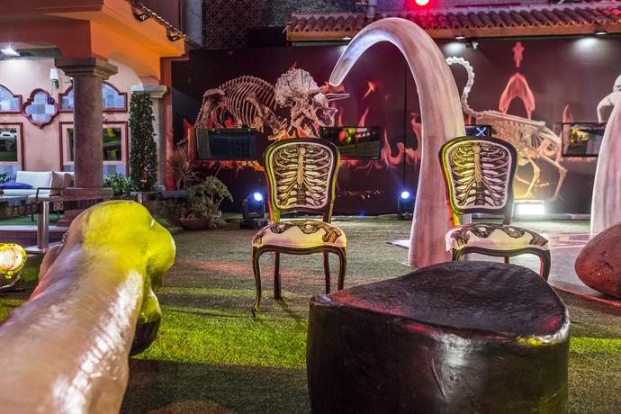 As cadeiras da festa também eram temáticas e lembravam o esqueleto humano (Foto: Artur Meninea/Gshow)