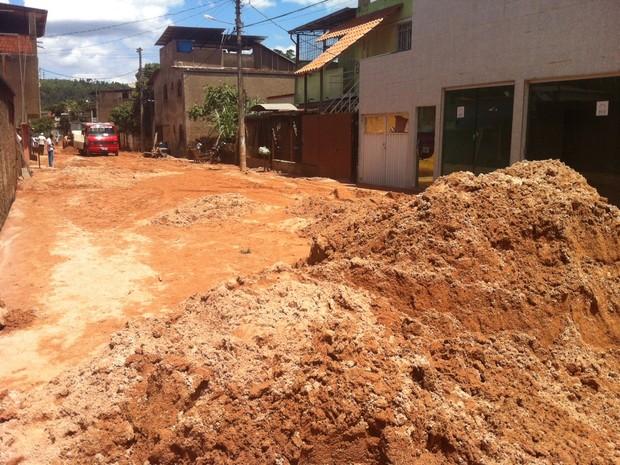 Terra tomou conta da rua 15 de novembro no bairro Alipinho.  (Foto: Patrícia Belo / G1)
