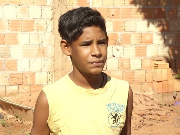 Estudante Amauri Bezerr da Silva lembra de cachorro de estimação que o salvou de raio Luziânia Goiás (Foto: Reprodução/TV Anhanguera)