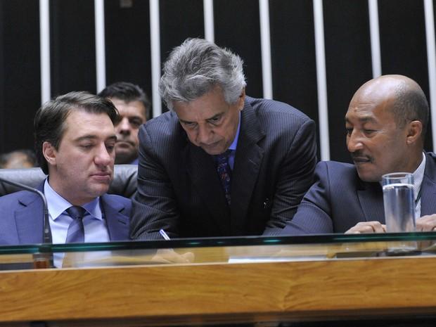 O agora secretário-geral Silvio Avelino (dir) assessora na mesa diretora da Câmara os deputados Giacobo (PR-PR) e Beto Mansur (PRB-SP) (Foto: Luis Macedo / Câmara dos Deputados)