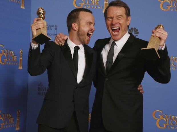 Os atores Aaron Paul e Bryan Cranston comemoram dois prêmios recebidos pela série 'Breaking bad' no 71º Globo de Ouro, que acontece neste domingo (12), em Los Angeles. (Foto: REUTERS/Lucy Nicholson)