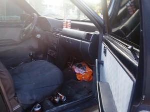 Polícia encontrou várias latinhas de cerveja no carro  (Foto: Neidiana Oliveira/G1)