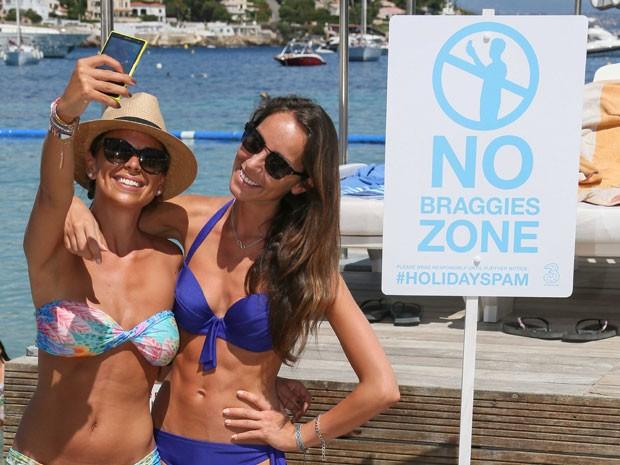 Turistas britânicas em frente a uma placa que veta as 'braggies', fotos para causar inveja nos amigos nas redes sociais (Foto: Tony Barson/Getty Images for Three)
