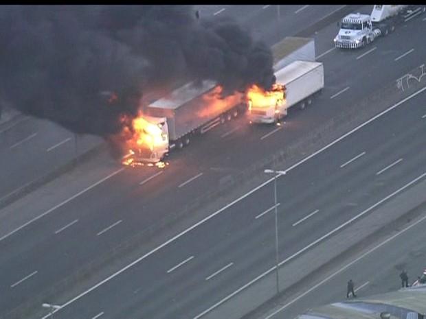 fogo em caminhão na fernão dias 28/10 (Foto: Reprodução)