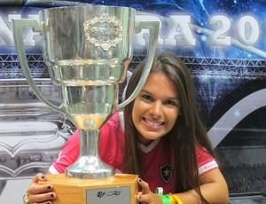 Fernanda Maia gandula Botafogo com a Taça (Foto: Thales Soares)