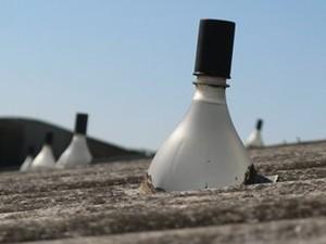 Moser afirma que a lâmpada funciona melhor se a boca for coberta por fita preta (Foto: BBC)