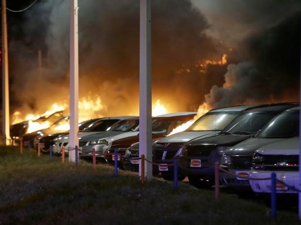 Carros são incendiados durante protesto em Ferguson, nos Estados Unidos (Foto: AP Photo/Charlie Riedel)