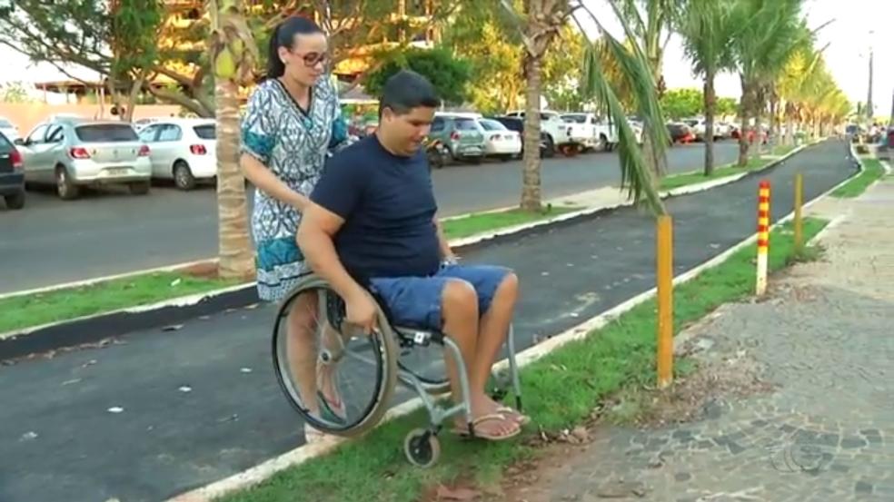 Rampas são retiradas de praia durante reforma e cadeirantes ficam sem acesso ao local (Foto: TV Anhnaguera/Reprodução)