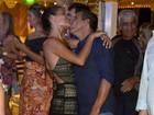 Noiva de Eri Johnson rouba a cena em show no navio do 'Rei'