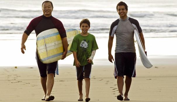 Johnny Kapahala (Brandon Baker) vai para o Havaí para o casamento do seu avô (Foto: Divulgação/Reprodução)