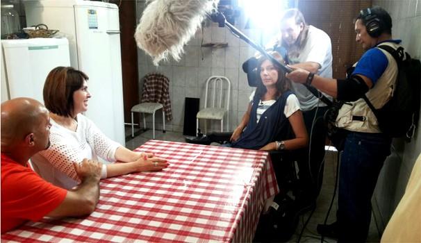 A repórter Flávia Cintra com o casal Nilton e Magna em Ribeirão Preto, SP (Foto: Daniela Rezende/EPTV)