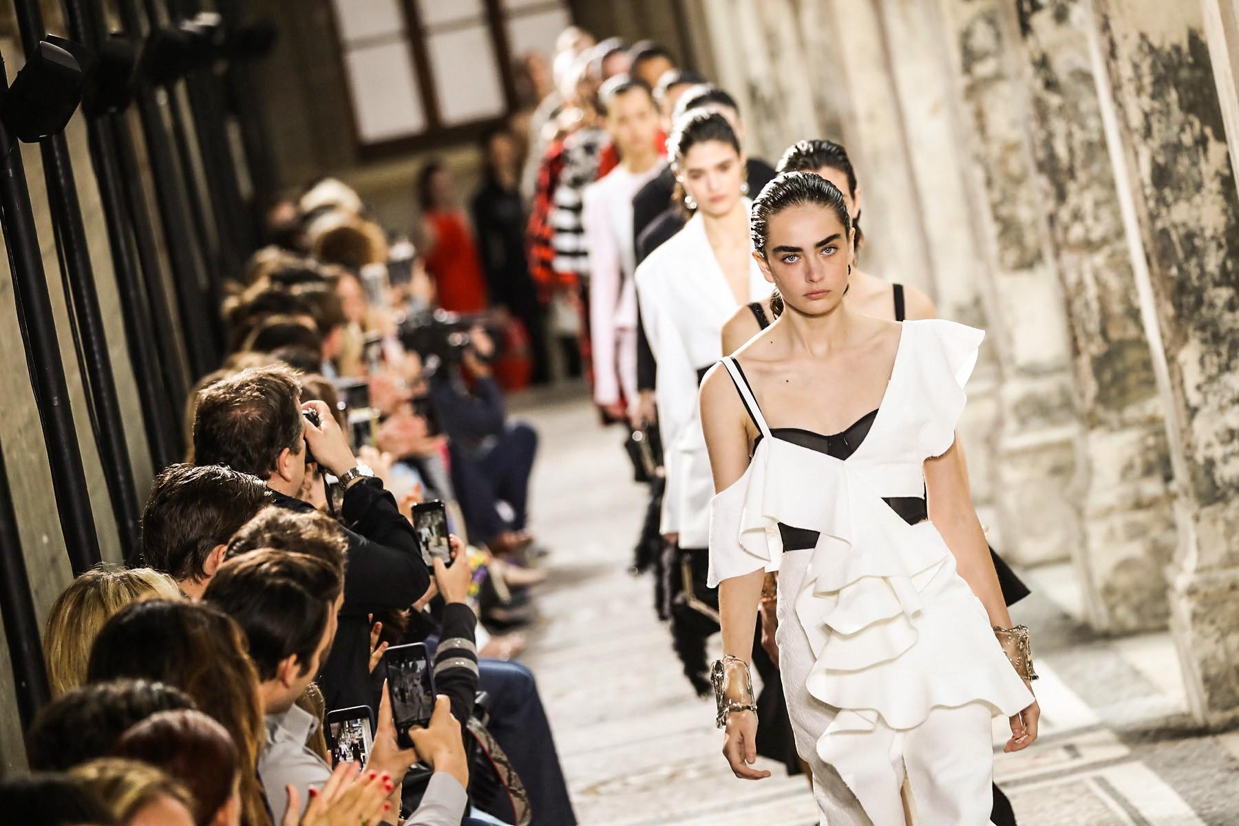 Proenza Schouler desfila prévia do verão 2018 durante a semana couture em Paris (Foto: Reprodução )