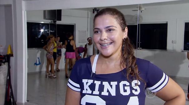 A empresária Taisa Nunes se prepara para o desfile da Grande Rio  (Foto: Reprodução/TV Tribuna)