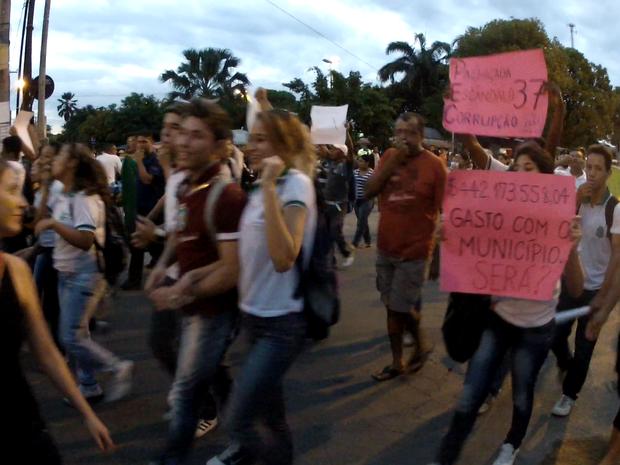 Cartazes pediam também saída de Renan Calheiros, melhorias na saúde e reduçao de salário de políticos (Foto: Gilson Melo/TV Verdes Mares)