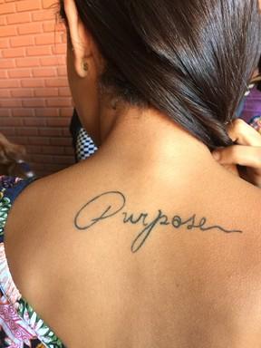 Adrielly mostra tatuagem com nome de disco de Justin Bieber (Foto: Lucinei Acosta / EGO)