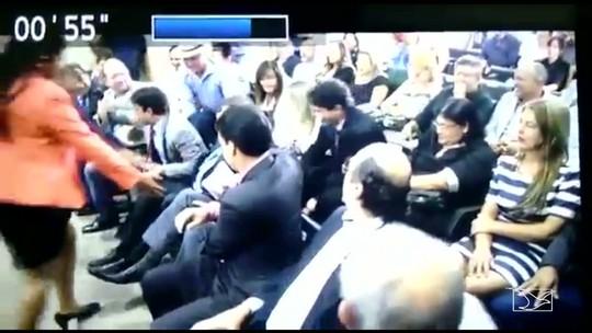 Governador do MA, Flávio Dino, leva susto em cerimônia e cai de cadeira