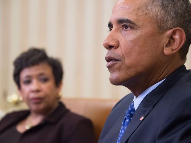 Observado pela Procuradora Geral dos EUA, Loretta Lynch, o presidente Barack Obama fala a jornalistas no Salão Oval da Casa Branca, na segunda (4) (Foto: AFP Photo/Jim Watson)