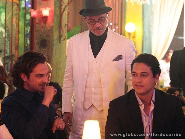 Jean Pierre Noher conversa com Igor Rickli e Raphael Viana (Foto: Flor do Caribe / TV Globo)