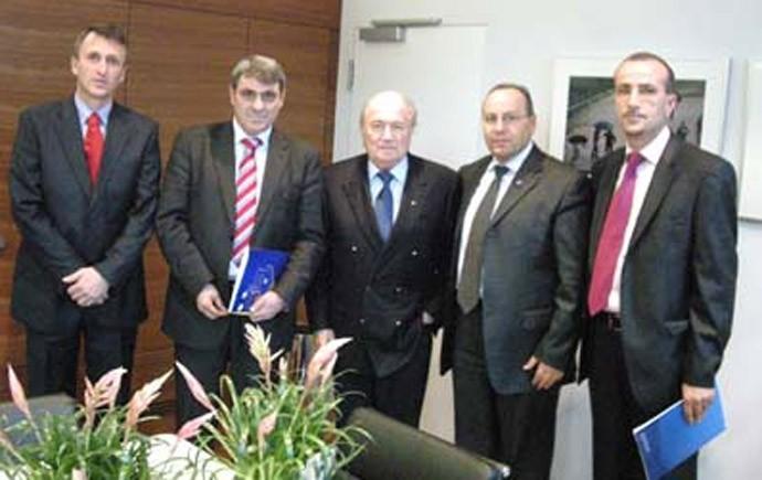 Dirigentes Blatter Federação Kosovo (Foto: Reprodução/Site Oficial da Federação de Kosovo)
