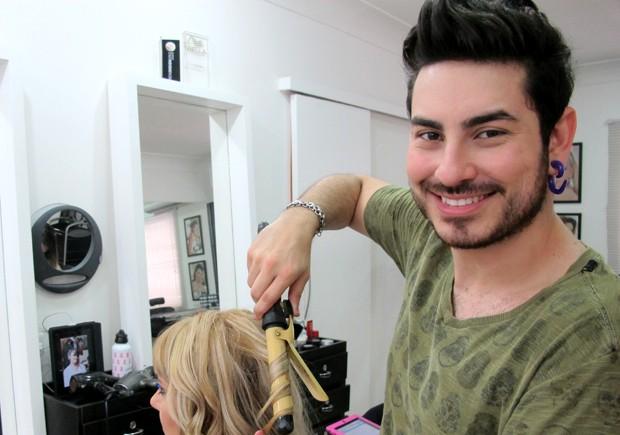 Profissional atua na área de beleza desde os 19 anos (Foto: Anna Gabriela Ribeiro/G1)