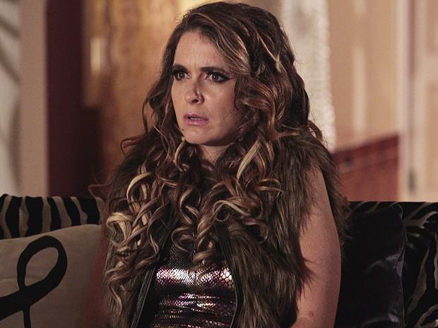 Chayzinha fica sem palavras depois de ver o vídeo de sua cumplice (Foto: Cheias de Charme/TV Globo)