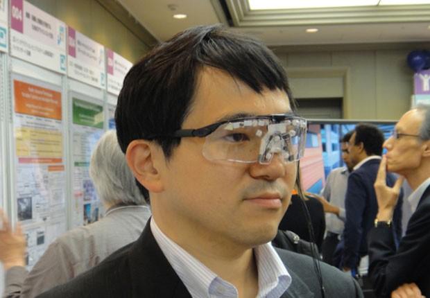 Óculos com luzes infravermelhas de LED impedem reconhecimento facial por câmeras (Foto: Divulgação/National Institute of Informatics)