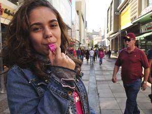 Ativistas distribuem apitos em protesto contra abuso de mulheres em Campinas (Foto: Lucas Jerônimo/G1)