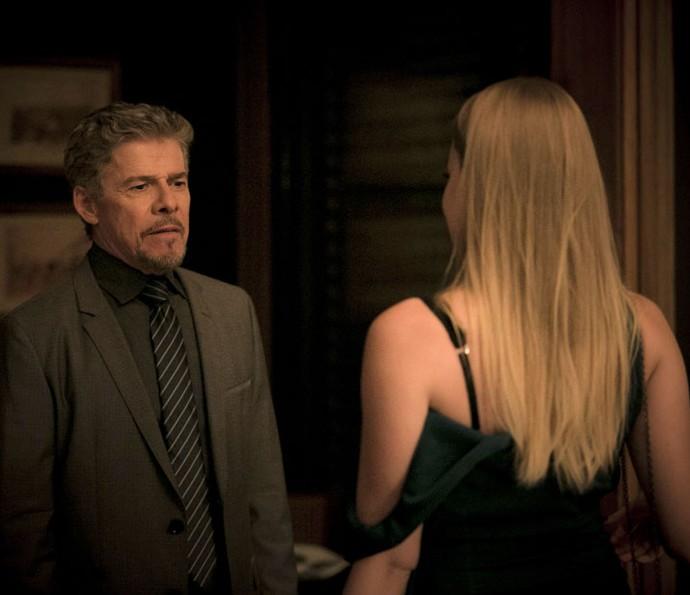 Tião contrata Jéssica como garota de programa (Foto: Raphael Dias/Gshow)