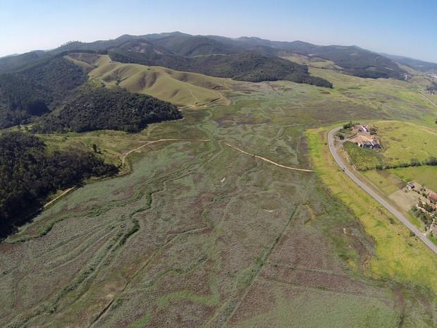 Foto tirada com drone mostram a situação da Represa de Paraitinga no dia 14 de agosto de 2015 (Foto: José Antônio de Assis/ arquivo pessoal)