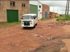 Moradores ficam 'ilhados' em bairro repleto de ruas esburacadas e lama