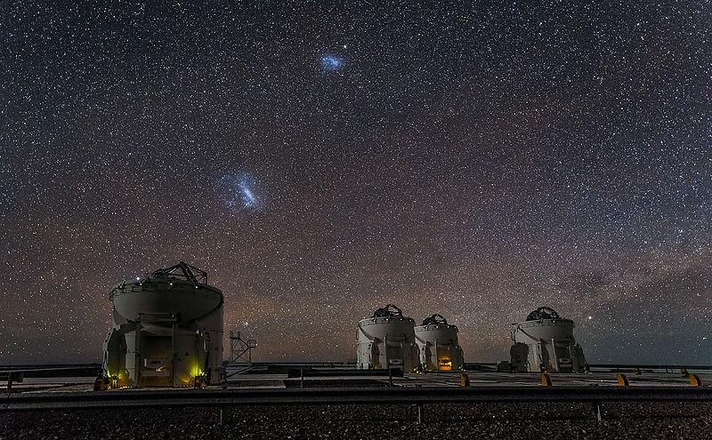 Os pontos mais brilhantes representam a Grande e a Pequena Nuvem de Magalhães (Foto: ESO/J. Colosimo)