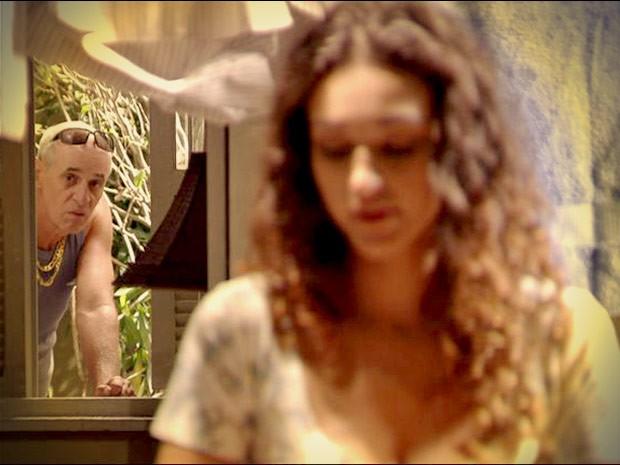 Leleco (Marcos Caruso) espiona a mulher (Foto: Avenida Brasil/TV Globo)